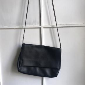 Sort taske med metalrem og et stort rum.   Jeg sender gerne - køber betaler fragt 📦 Bytter ikke.