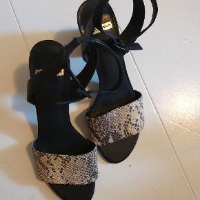 Smukke, behagelige og sommerfriske hæler fra Vagabond. Brugt én gang. Fejler intet.  De passer nok ikke en smal fod, da det forreste stykke ikke kan justeres.