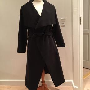 Tynd sort jakke med bindebånd.  Mærke ukendt.