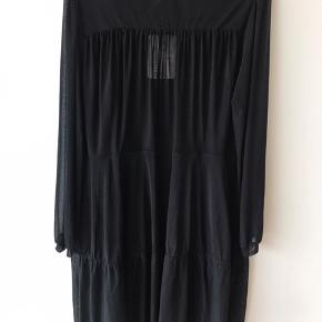 💟 PeonyKB Short Dress  💟 Længde bagtil 93 cm  💟 92% Polyester, 8% Elastane   Kjolen har en fin pasform og fint bindebånd i kraven. Underkjole medfølger.