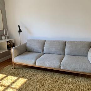 Tirano 3 personers sofa. Super lækker og velholdt 3 personers sofa. Stel i massiv hvidolieret egetræ og cognacfarvet kernelæder, med sandfarvet / beige stof.   Nypris: 16.000 Kan evt leveres for et mindre beløb