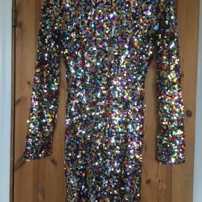 Den ultimative partydress med pailletter i alle regnbuens farver.  Kjolen er brugt en gang og så god som ny.  Jeg foretrækker at handle via Trendsales og sende med DAO. Alternativt via MobilePay.  Køber betaler gebyr og fragt.  #30dayssellout