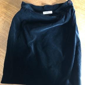 Smukkeste vintage velour nederdel fra YSL 🤩  Længde: 50 cm  Kan sendes på købers regning via dao 👌🏼