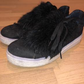 Sko fra bianco med pels over snørebåndene. Super fine dog er der brugstegn, men de er ikke brugt vildt meget.