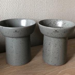 2 skønne OMBRIA vaser (eller evt urtepotter) i skifergrå nuancer fra KÄHLER - aldrig nået brugt. Måler 13 cm i højden og diameter på 11 cm. Nypris: 500,-  Sælges samlet til 200+ via mobilepay. Ønskes TS afholder køber gebyr. Afhentes i 8654 Bryrup eller sendes for 60,- (gls og indpakning). Til salg flere steder.