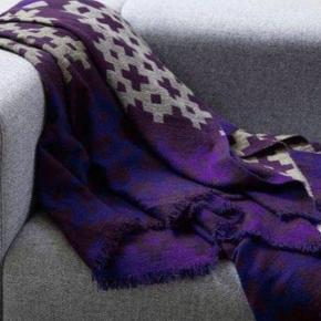 Jeg LUKKER annoncen når varen er SOLGT 😀 Og jeg bytter desværre IKKE.  Prisen er fast og står angivet ovenfor. Vær venlig at respektere dette.  VARE INFO  Hay (Plus 9) plaid/tæppe lilla 145x210 cm  100% merino uld (Lækker blød og ikke-kradsende uld)  Plaiden er et stilfuldt, enkelt og hyggeligt tæppe til sofa eller seng. Flot geometrisk mønster i stærke intense farver og er lavet med en dobbelt vævningsteknink som gør det muligt at bruge en meget fin uld. Lækkert at putte sig med Plus 9 plaid fra HAY i en ny og forbedret kvalitet. Plaiden er med det fineste mønster i en flotte farver, som kan pifte enhver stue op. Kvaliteten er i top, og plaiden er lavet med en dobbeltvævningsteknik, som gør det muligt at bruge en ekstra fin uld. Plaiden er en investering, du ikke kommer til at fortryde!  FRAGT Ved handel via Trandono/Trendsales (TS) bruges DAO pakkepost (afhentning i pakkeshop) – fragten pris 39 kr.  Fragten pris og evt TS gebyr (5%) tillægges.  PRIVAT HANDEL Skriv din mail her eller i en privat besked og angiv om du ønsker at få tilsendt elller afhente, så mailer jeg dig info.    AFHENTNING Du velkommen hos mig på Amager  (500 m. fra både Amagerbro og Islandsbrygge metro st.) Jeg kan KUN mandag - torsdag kl 18-19 og lørdag kl 11-12 Jeg mødes ikke ude i byen og handler  ØVRIG INFO  Ingen dyr, røg