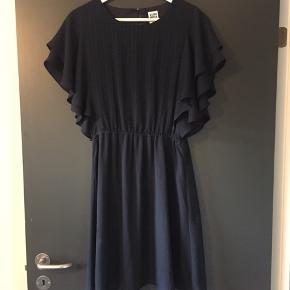 Den flotteste blå kjole, men den har desværre fået en lille flænge i kjolen bagpå. Jeg er ikke slev kyndig med en symaskine - så jeg sælger den for den lille sum af 20 kr - hvis der er nogen som kan sy den og bruge den?