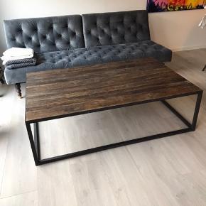 Sofabord, drivtømmer, jernplade. Fra mipa møbler i Hillerød. Bordet er specielt, da drivtømmeret er forskelligt fra bord til bord.  Er 1,5 år gammel.   Nypris 5000,-