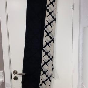 Sælger dette tørklæde da jeg ikke får det brugt.  Der er små fejl i det som du kan se på sidste billede, ved ikke hvor det kommer fra. Man ligger ikke mærke til de når det er på😉