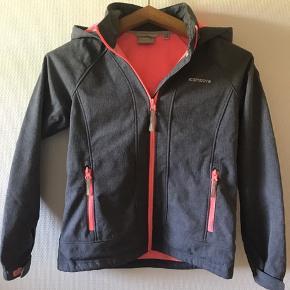 Flot softshell jakke med lækker fleece for. Kun brugt enkelte gange. Fremstår stort set som ny. Vind- og vandtæt, åndbar med aftagelig hætte. Nypris 550,-