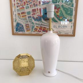 Hvid dansk-designet keramisk lampefod fra Odreco. H:38 (inkl. fatning). Flot stand. 130,- #bordlampe #lampefod #hvidlampe #odreco #keramiklampe #loppertilsalg #sælges #tilsalg