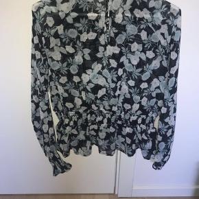 Fin bluse fra BIKBOK. Brugt en del, men ingen tegn på slid. Str. M