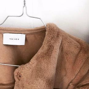 NEO NOIR pels, np. 750 kroner I str. XL, fitter en L & passer til kolde vintermåneder. Som ny, en enkelt knap som mangler en tråd.