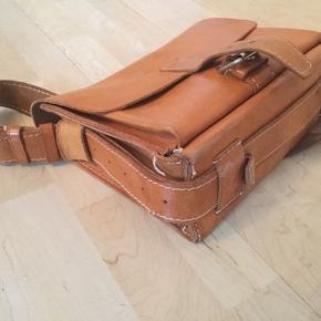 Lækker retro skulder/skoletaske i solid kernelæder med 2 rum, trænger til sy-reparation i hjørne ellers i fin stand med flot patina, 33cm længde, 26cm højde, 12cm dybde