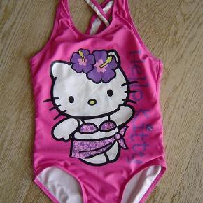 Varetype: Sød pink Hello Kitty badedragt str. 110-116Størrelse: 5-6år Farve: Pink  Sød pink Hello Kitty badedragt str. 110-116. Sat under slidt da der er brugsfnuller på numsen.  Byd!