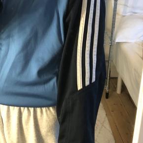 vintage adidas lynlås sweater / trackjacket  købt i en genbrug for 250-, indenvendigt står der str xl, men vil sige den nærmere fitter en M. (På billedet har jeg bundet trøjen ind med en elastik) skriv endelig for mere information