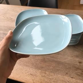 Fine blå tallerkner fra ikea. Der er både store og små tallerkner. Det hele sælges samlet. Passer perfekt til den studerende som lige er flyttet hjemmefra. Nogle af tallerknerne har skår, men kan sagtens bruges alligevel.
