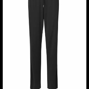 Lækkert sæt i 70% modal og 30% polyester, brugt få gange men lidt fnuller på bukserne pga min taske. tænker det kan fjernes med en fnug maskine/fjerner (har ikke selv en). Style Doron. Hættetrøje og brede bukser. Super fedt og blødt at have på. Hættetrøje str L og buks str S- store i str og kan passes af 36-40. Sælges kun samlet.