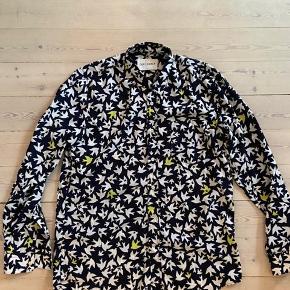 Lækker blød skjorte med fugle mønster.  Bytter ikke.