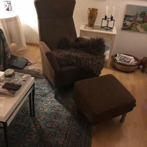 Swedese lænestol med fodskammel, meget velholdt - står som ny/ingen slidtageStoffet er Alcantara - brun Afhentes i Slangerup Købspris 12.000,-