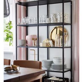 Ikea reol med glashylder.  Er brugt til pynteting, ingen brugsmærker derpå.  175 x 100 x 36 cm :-)