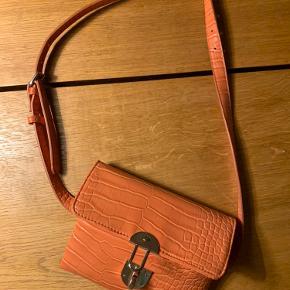 Fin lille taske fra Hvisk. Kan bruges rundt om taljen eller cross vidt. Der er en lille sort plet på. Pris sat derefter.