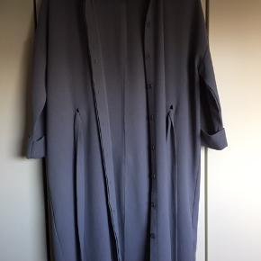 Flot overdel som kan bruges både som kjole og åbent stående.  Farven vil jeg kalde blågrå
