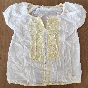 Flot skjorte fra Odd Molly med flot gult broderi.   Brugt 1 gang!  Skjorte Farve: Hvid/gul
