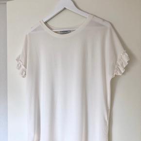 Yndig bluse med fine ærmedetaljer ✨ Har en lillebitte sort plet foran (se billede), som burde kunne komme af i vask 🤍  Røg- og dyrefrit hjem 🌱 Sender med DAO 📦