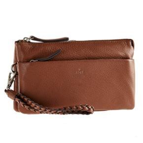 Jeg sælger denne super fine og praktiske Adax Diana Sorano Clutch i brun med håndledsrem. Den kan både bruges som en lille taske eller pung. Håndledsremmen er aftagelig. Clutchen er helt ny og aldrig brugt. Den er dog ikke med mærke.   Clutchen måler 12 cm x 19,5 cm x 5,5 cm og er i skind. Normalpris er 799 kr. Kan enten sendes med DAO eller afhentes i Kolding.