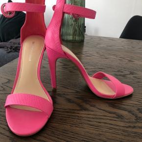 Pink stiletter fra saks fifth avenue's eget mærke 🤍  De er aldrig reelt brugt, blot prøvet på.  De passer mig ikke optimalt, så skal bare af med dem ✨