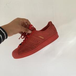 Limited edition Adidas superstar London sneakers. Så gode som nye. Nypris 900 kr. Str. 40 2/3 M. BYD. Køber betaler fragt.