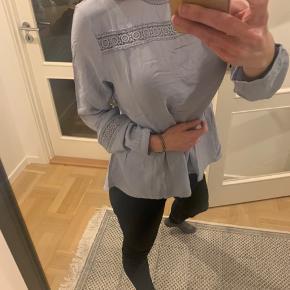 Helt ny smuk blå bluse - fine detaljer. Fejlkøb, stadig med tags.