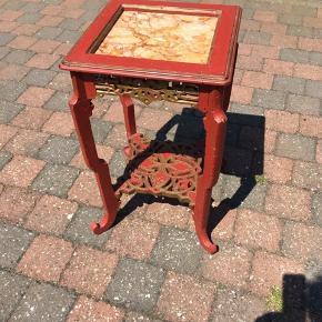 Skønt gammelt kinesisk lampebord. Målene er 33x33 og 56 højt. Kan evt leveres mod betaling