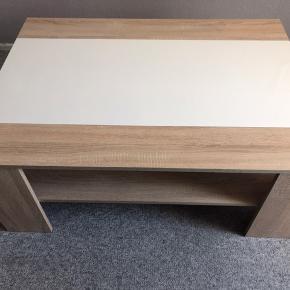"""Sofabord - hvidt og træfarvet med hylde under.   Der er et par små """"skader"""" i bordet - se foto, derfor den billige pris."""