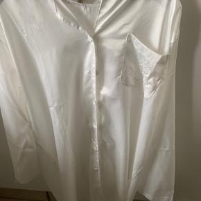 Super lækker lang natskjorte i et silke-lignende materiale.  Skjorten har aldrig været i brug, men har dog fået nogle meget små brune pletter oppe i venstre side af kraven, som kun ses hvis man ved de er der. - af den grund sælges den meget billigt:)  Byd gerne.