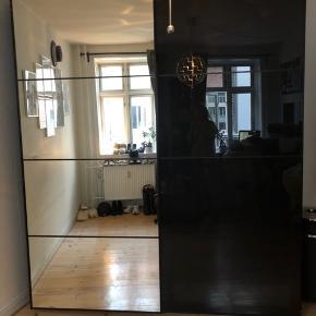 Komplet PAX skydedørs-garderobeskab, sort/spejl- glas udvendigt og mørkebrun indvendigt. Købt i 2018.  Sælges grundet flytning. Nypris ca 9000.-  Størrelse: L: 200 cm B: 69 cm (med skydedøre)/58 reelt skabsplads.  Tilbehør - 5 hylder  - 1 glasplade hylde  - 4 skuffer  - 2 lysspots inde i skabet, som lyser, når skabet åbnes.  - 2 soft-luk (sådan skabet triller stille i)  - bøjler, som ses brugt som buksebøjler   Vi kan hjælpes med at skille det ad. Det skal højest sandsynlig hentes med en trailer. Det kan ske på Lille Fredensgade 8, 1. Sal, 2200 København N.   Den har lidt ridser, og der er sat et ekstra hængsel på skabet for at holde sammen på det. Intet af væsentlig betydning.   Det er som sagt Ikeas PAX løsning, som er super nem og smart at sætte sammen til, hvordan man lyster.  Kan kontaktes over Tradono her, eller på 53 37 27 20. Skriv endelig for mere information eller en hurtigt handel!  Dbh Caroline