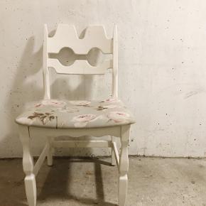 Jeg sælger 4 stole, 3 er hvide, 1 er mint. Sædet er betrukket med lyseblåt blomstermotiv. De trænger til lidt omsorg, men er i fin stand. Vi har indtil for nyligt brugt dem ved vores spisebord.  Sælges kun samlet  Kom med et realistisk bud  Kan afhentes i Aalborg Centrum, ved politigården.