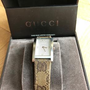 16 år gammelt retro Gucci. Har gammelt værdibevis med serienummer og modelnummer.  Uret har patina, men fremstår stadig meget smuk