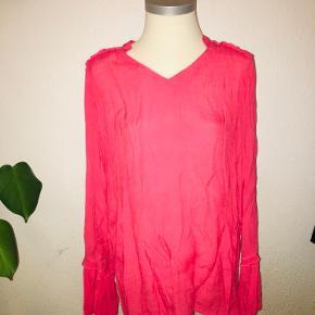 Pink / fersken farvet bluse med v hals i størrelse large fra Saint tropez i en slags crinkle stof.