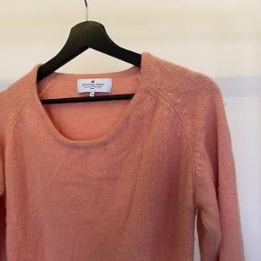 Sælger denne søde laksefarvet strik fra Designers Remix. Det er en lang strik (ikke som kjole) og derfor perfekt til vinter. Mp:100