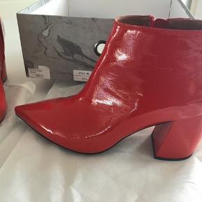 e32a2786868 Super nye flotte røde lak støvler Aldrig brugt Nypris 1599 kr Lille i str.