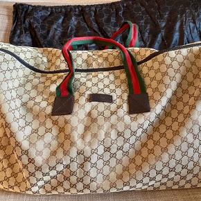 Stor rejsetaske købt i Gucci på Strøget. Længden er 55 cm, højden er 40 cm og bredden er 25cm.  Standen er god og tasken har nogle få brugsspor.   Kvittering, dustbag og pose medfølger.