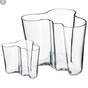 """To Aalto vaser fra Littala, hhv. 16 cm og 9 cm høje. Den lille vase har en """"rende"""" dvs samlingen kan mærkes, men ses ikke tydeligt. Perfekt stand. Sælges samlet eller pris forhandles pr. stk."""