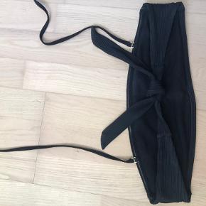 Bikini overdel fra H&M i str M. Stropperne kan tages af, så bikinien kan bruges som bandeau, og den falder ikke ned da der er sådan noget gummi på indersiden som holder den på plads☺️