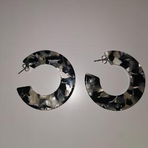 Sælger disse fine AYM øreringe for 80 kr ekskl. Fragt