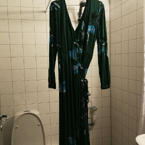 Lang mørkegrøn slå-om kjole fra Gestuz. Brugt få gange. Kom med et bud!