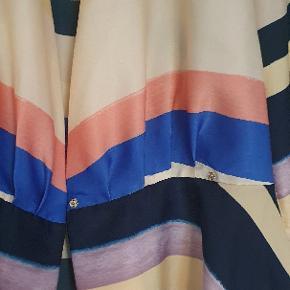 super sød skjorte bluse med 2 knapper i siden så den bliver figursyet  Str 38 medium