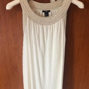 Gudinde-smuk kjole fra H&M med bindebånd. Brugt og vasket en gang, så som ny  🌸Ved køb for mindst 50 kr af dameitems må du i dag tage items med for op til 25 kr🌸 og alt af interesse af mine make up produkter samt hårprodukter