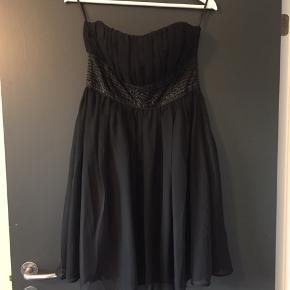 Flot sort kjole med pailletter foran